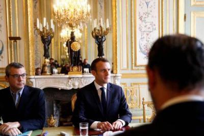Francia suspende alza en el precio del combustible y la energía tras protestas