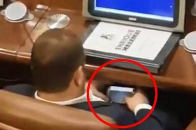 Capturan en video a congresista jugando 'carritos' en plena sesión