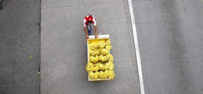 """La eterna batalla: Así se puede nombrar al momento en el que los vendedores ambulantes de Bucaramanga pagaron """"escondederos de a peso"""" para resguardar mercancía. Ni el de los bananos escapó al 'resbalón'."""
