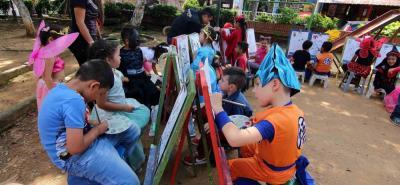 Cientos de personas alrededor del globo celebran esta fiesta con disfraces, calabazas y alegría.