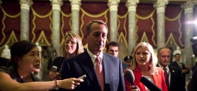 El presidente de la Cámara de Representantes de EE.UU., el republicano John Boehner (c), habla ante la prensa tras votar el acuerdo sobre la deuda para elevar el techo de endeudamiento.