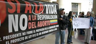 Iglesias apoyan proyecto que busca prohibir del todo el aborto.