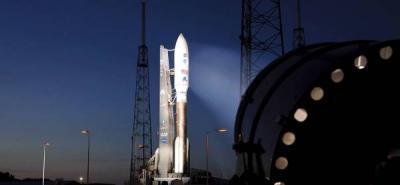 El cohete Atlas V y la nave espacial de carga Juno son vistos en la plataforma de lanzamiento, en la base de Cabo Cañaveral, Florida (EEUU), antes de su lanzamiento este viernes 5 de agosto.