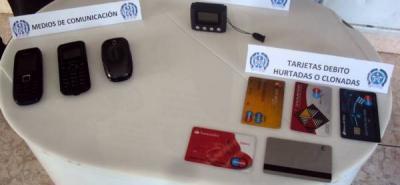 Uno de los aparatos hallados en poder del menor de edad es utilizado para extraer la información de las tarjetas de crédito y débito.