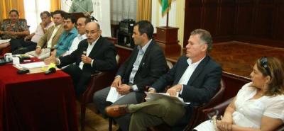 En una rueda de prensa, el gobernador de Santander, Horacio Serpa, entregó su informe de contratación.