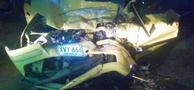 Así quedó el vehículo conducido por Néstor Gustavo Sánchez. El taxista perdió la vida bajando del Aeropuerto Internacional Palonegro. La pasajera que transportaba está herida en una clínica del sur.