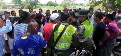 Las 450 personas, entre ellas pequeños mineros, agricultores, transportadores y pobladores del sur de Bolívar, se encuentran concentradas en el municipio de Arenal a la espera de que el Gobierno Nacional haga presencia en la zona para iniciar una mesa de interlocución.