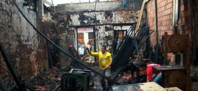 Incendio destruyó una carpintería y afectó dos viviendas