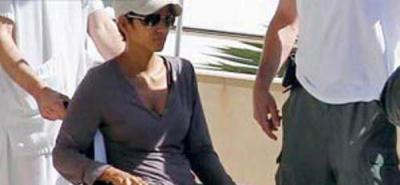 La actriz Halle Berry se rompió un pie mientras rodaba en España