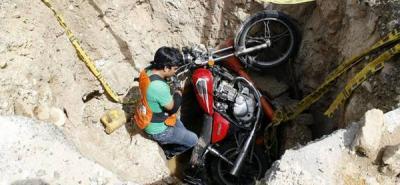 Motociclista cayó en un hueco de cuatro metros de profundidad