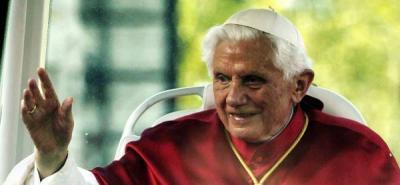 Fatigado, el papa Benedicto XVI utiliza un estrado móvil en la basílica