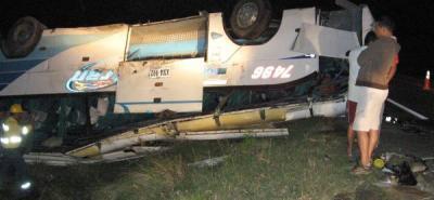 Accidente de bus deja dos personas muertas y 30 heridas