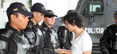 Andrés Mogolló entrega cuaderno a los integrantes del Esmad.