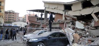 Turquía busca a cientos de personas bajo los escombros del terremoto