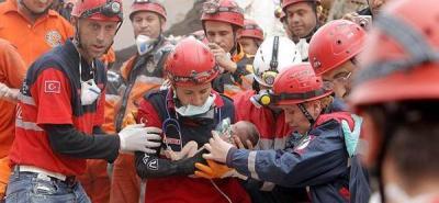 Entre los escombros rescatan a bebé de 2 semanas de nacida en Turquía