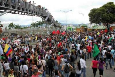 Los estudiantes marchan en contra de la Ley 30