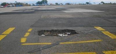 Se inicia reparcheo del hueco en la pista de rodaje del aeropuerto Palonegro