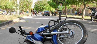 Hurtaron una motocicleta y luego se estrellaron en la huida