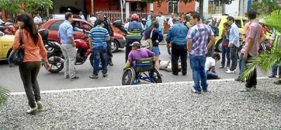 Cruzando la calle lo mató una moto