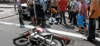 Otra vez, choque entre una camioneta y una moto dejó dos heridos