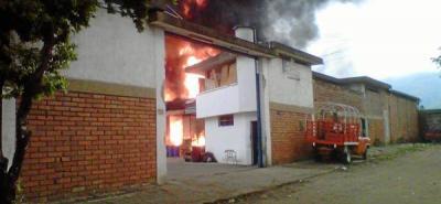 Grave incendio en fábrica de químicos en San Rafael