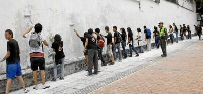 Jóvenes del programa DARE borraron grafitis de la ciudad