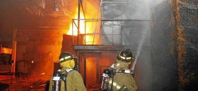 Millonarias pérdidas dejó incendio en fábrica de espumas en el Norte