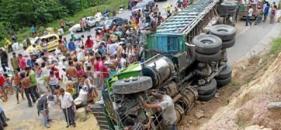 Tractocamión con 34 toneladas de soya se volcó en Bucaramanga
