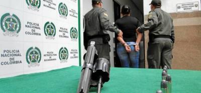 Arrestan a una mujer que portaba un arma de fuego