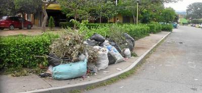 Escombros y basuras invaden calles en barrios de Girón