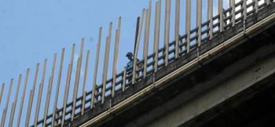 Policía y ciudadanos evitaron suicidio en el viaducto García Cadena