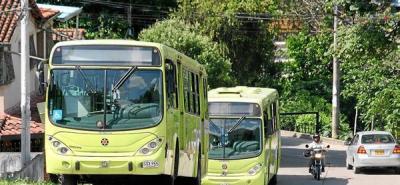 Buses de Metrolínea están parqueando en vía pública