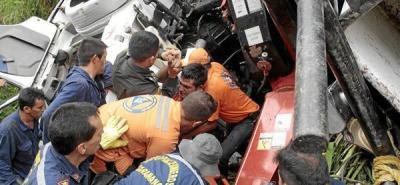Conductor de un camión que se volcó resultó herido