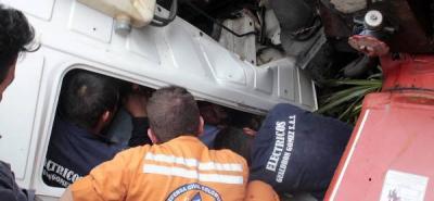 Dos horas duró el rescate de conductor aprisionado en su camión en Bucaramanga