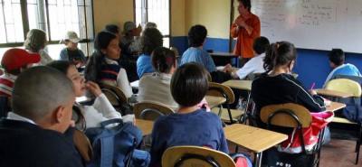 Los profesores interesados en postularse pueden escribir al correo  correo premioexcelenciapiedecuesta@hotmail.com y solicitar la guía