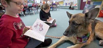 Leer cuentos a perros inspira confianza a los niños