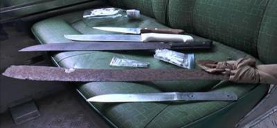 Cuchillos, machetes, navajas, marihuana, bazuco y licor incautó la Policía tras registrar un bus que transportaba a hinchas del América de Cali.