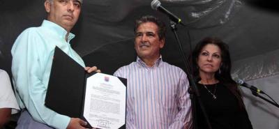 Jorge Luis Pinto recibió de manos del alcalde de Cúcuta, Donamaris Ramírez, la condecoración Rangel de Cuéllar, en categoría especial.