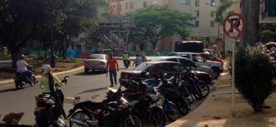 Denuncian que vía de acceso a la urbanización Plaza Mayor en sitio de parqueo