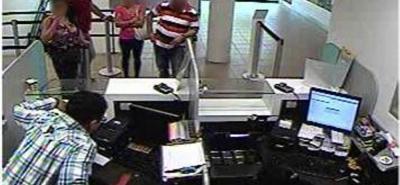 Este es el momento en el que alias 'Tico' huye luego de hurtar $20 millones en efectivo de uno de los cajeros del banco. El asalto duró cerca de un minuto.