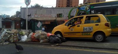 Denuncian que dejan bolsas de basura en separador de Bucaramanga