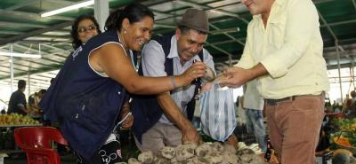Más de 700 campesinos y comerciantes ofrecen sus productos en la Plaza Campesina durante los fines de semana.