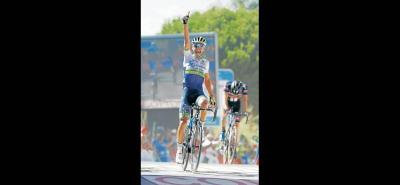 La alegría del joven colombiano Esteban Chaves por alcanzar la victoria de etapa en Caminito del Rey contrasta con la imagen de impotencia del holandés Tom Dumoulin, que no tuvo con qué responderle en el remate final al pedalista bogotano, que es el nuevo líder.