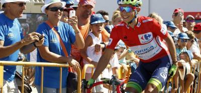 Tras disputarse la cuarta etapa de la Vuelta a España, el pedalista colombiano Esteban Chaves se mantuvo como líder y ajustó su tercer día vestido de rojo en la Ronda Ibérica.