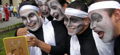 Con un gran derroche artístico y cultural, comenzaron las funciones del Teatro Internacional en el Parque Santander.