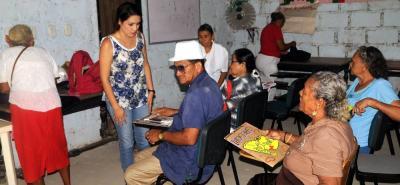 Hasta un hogar del adulto mayor en Barrancabermeja llegan los alumnos del programa A Crecer que, pese a su avanzada edad, tienen tantas ganas de aprender y escribir como cualquier niño de seis años.