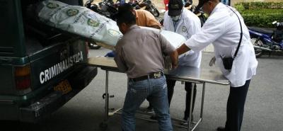Agentes de la Unidad Móvil del Laboratorio de Criminalística de la Dirección de Tránsito y Transporte de Bucaramanga realizaron el levantamiento del cadáver.