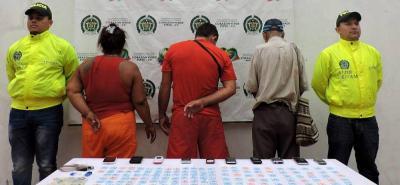 Una mujer, quien fue presentada por la Policía como alias 'La Búfala', era supuestamente la encargada de coordinar el mercado de alucinógenos en la zona de tolerancia de Puerto Berrío.