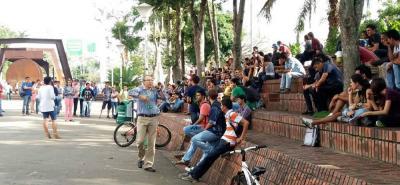Ayer, un grupo de estudiantes se reunió para tratar su problema al sentirse afectados por no contar con el servicio.