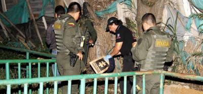 Funcionarios de la Unidad Móvil del Laboratorio de Criminalística del Cuerpo Técnico de Investigación, CTI, de la Fiscalía, fijaron las evidencias que encontraron en la escena del crimen.